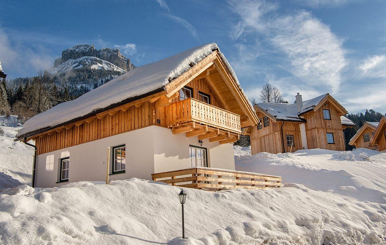 Traditionelle Ferienhäuser mit Schneedecke