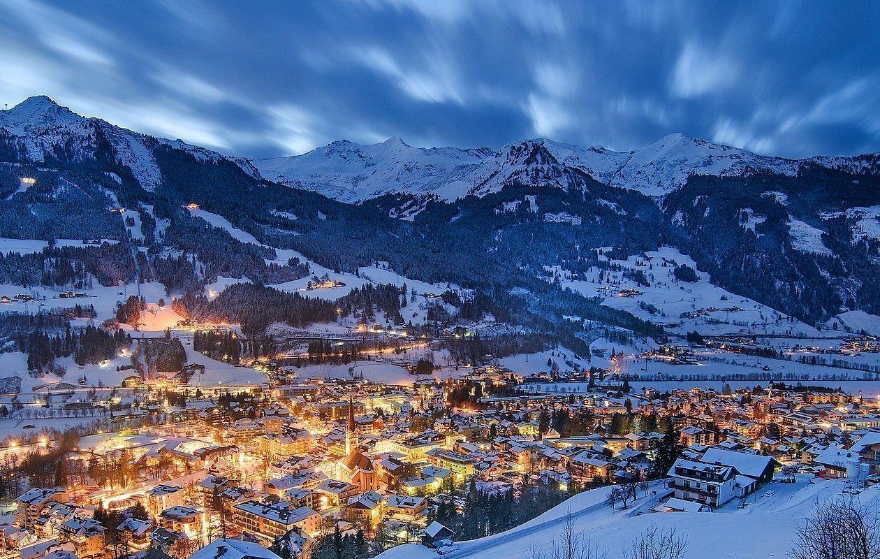 Blick über Bad Hofgastein bei Abenddämmerung im Winter