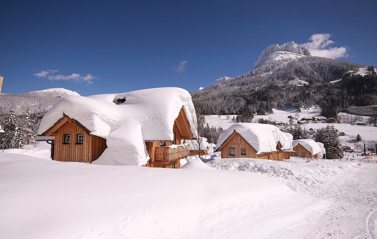 Tiefverschneite Ferienhäuser im Hüttendorf