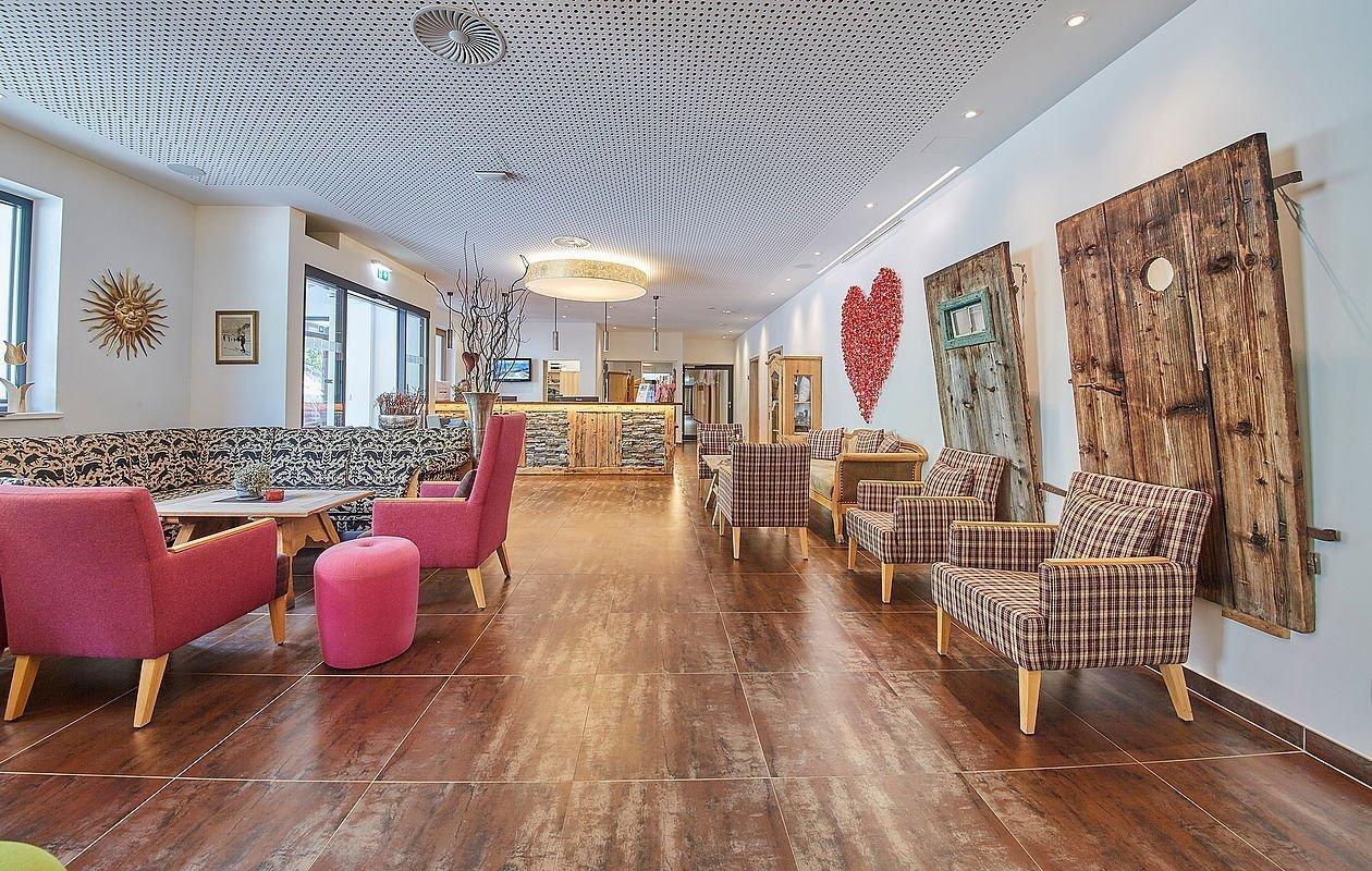 Großzügiger Rezeptions- und Lobbybereich im Hotel Sonnleiten
