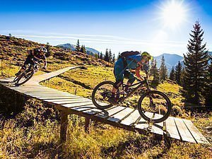 Zwei Mountainbiker am Trail in Saalbach Hinterglemm - AlpenParks Hotel & Apartment Sonnleiten