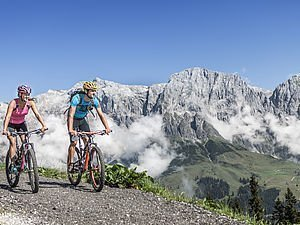 Mountainbiker am Forstweg in Maria Alm