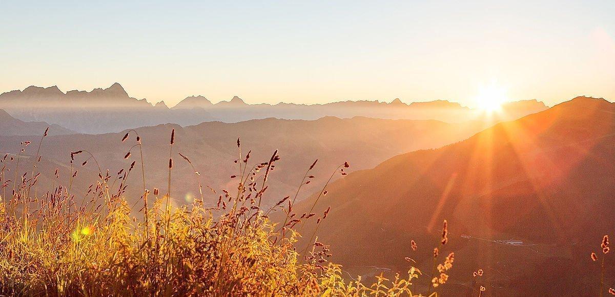 Wunderschöner Sonnenaufgang am Berggipfel