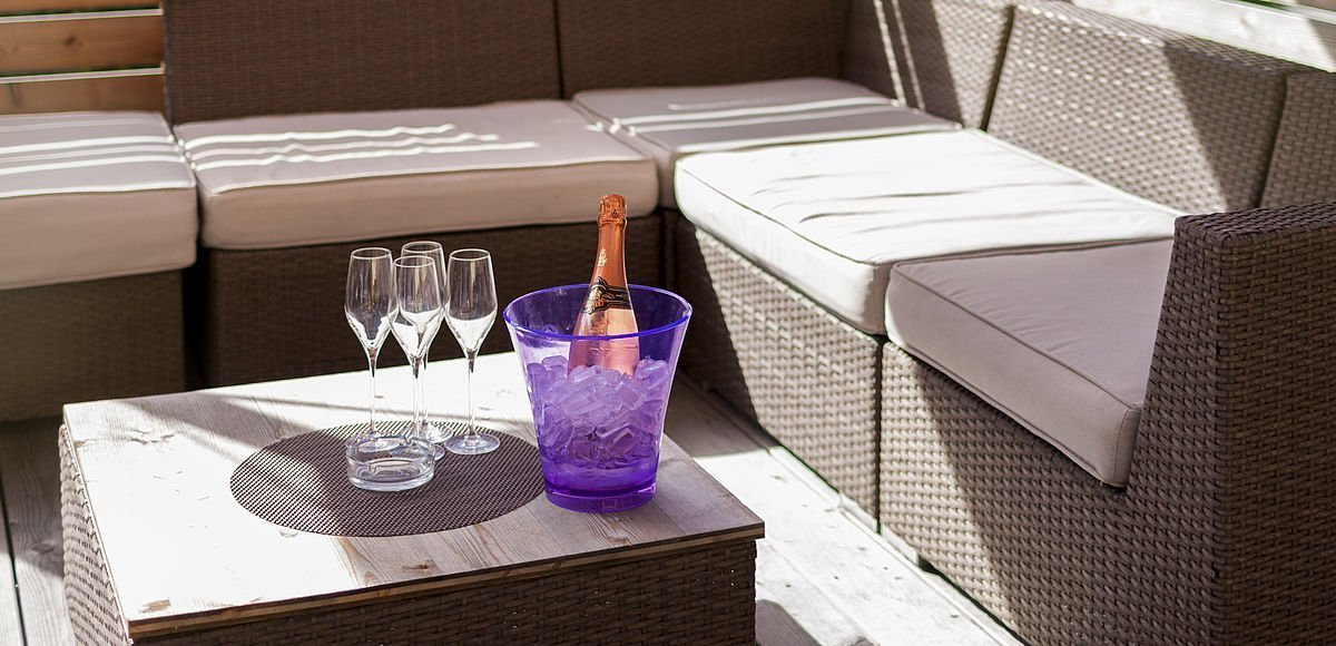 Gemütliche Sitzecke auf der Sonnenterrasse im Hotel Matrei