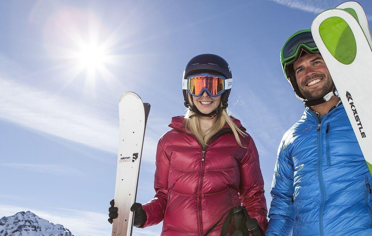 Zwei Skifahrer am Weg zur nächsten Liftstation in Osttirol