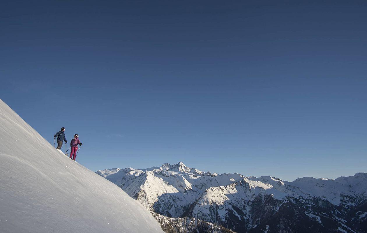 Skifahrer beim Tiefschneefahren