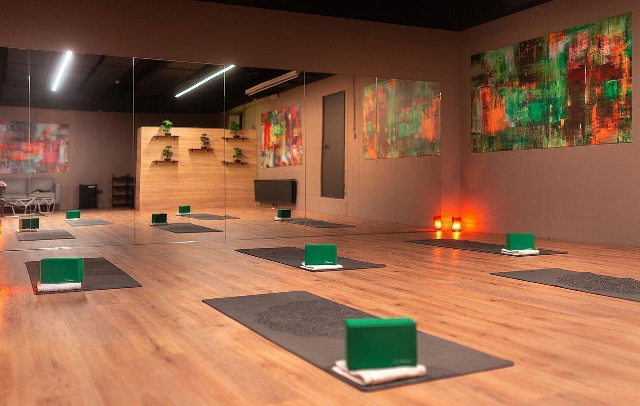 Großer Raum mit Spiegel in Osttirol für Yoga und Fitnesskurse