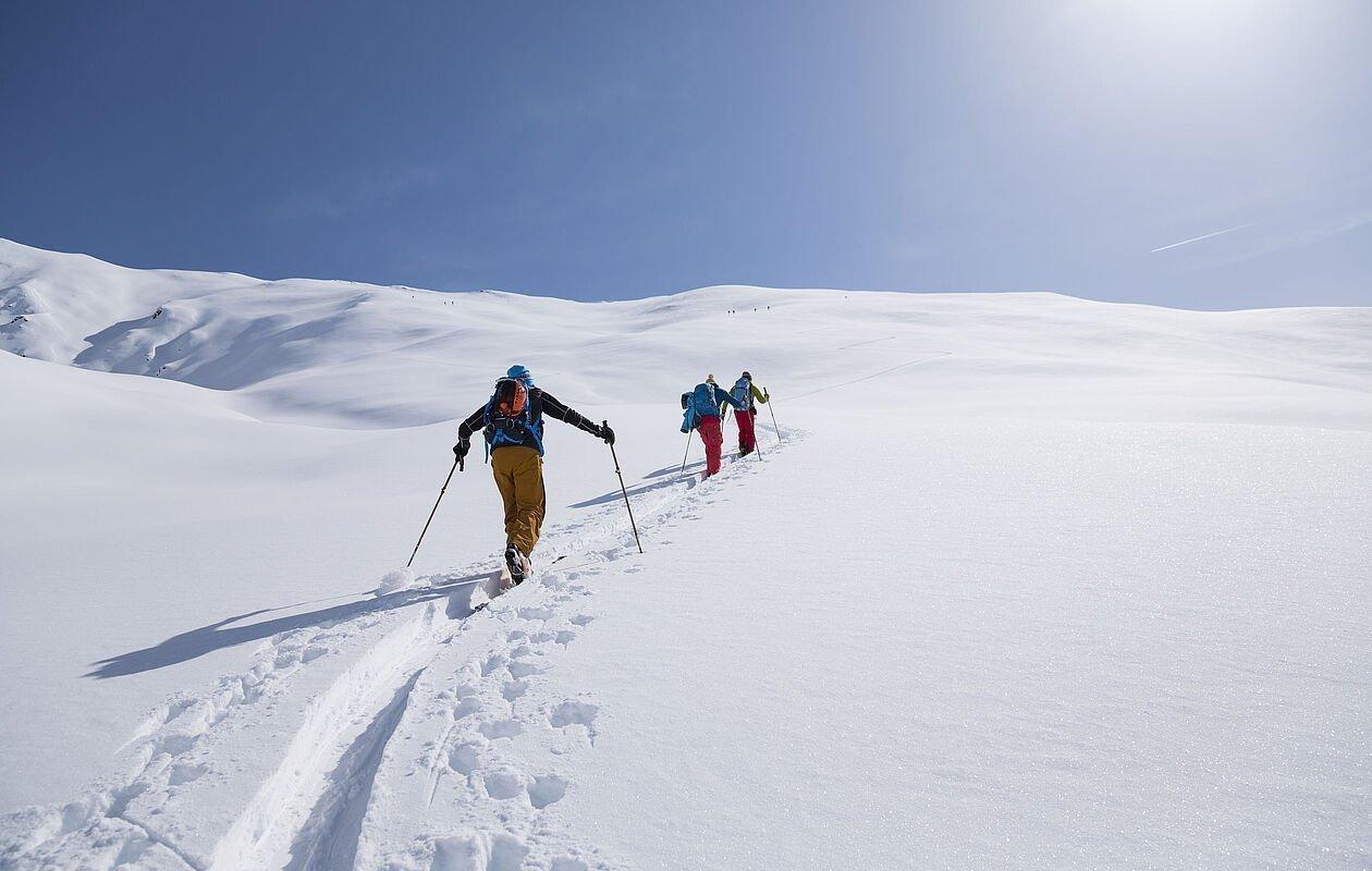 Tiefverschneite Landschaft mit zwei Tourengehern