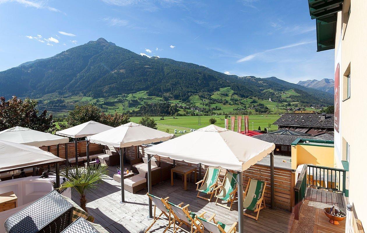 Sonnenterrasse mit Bar und Blick auf die umliegene Bergwelt