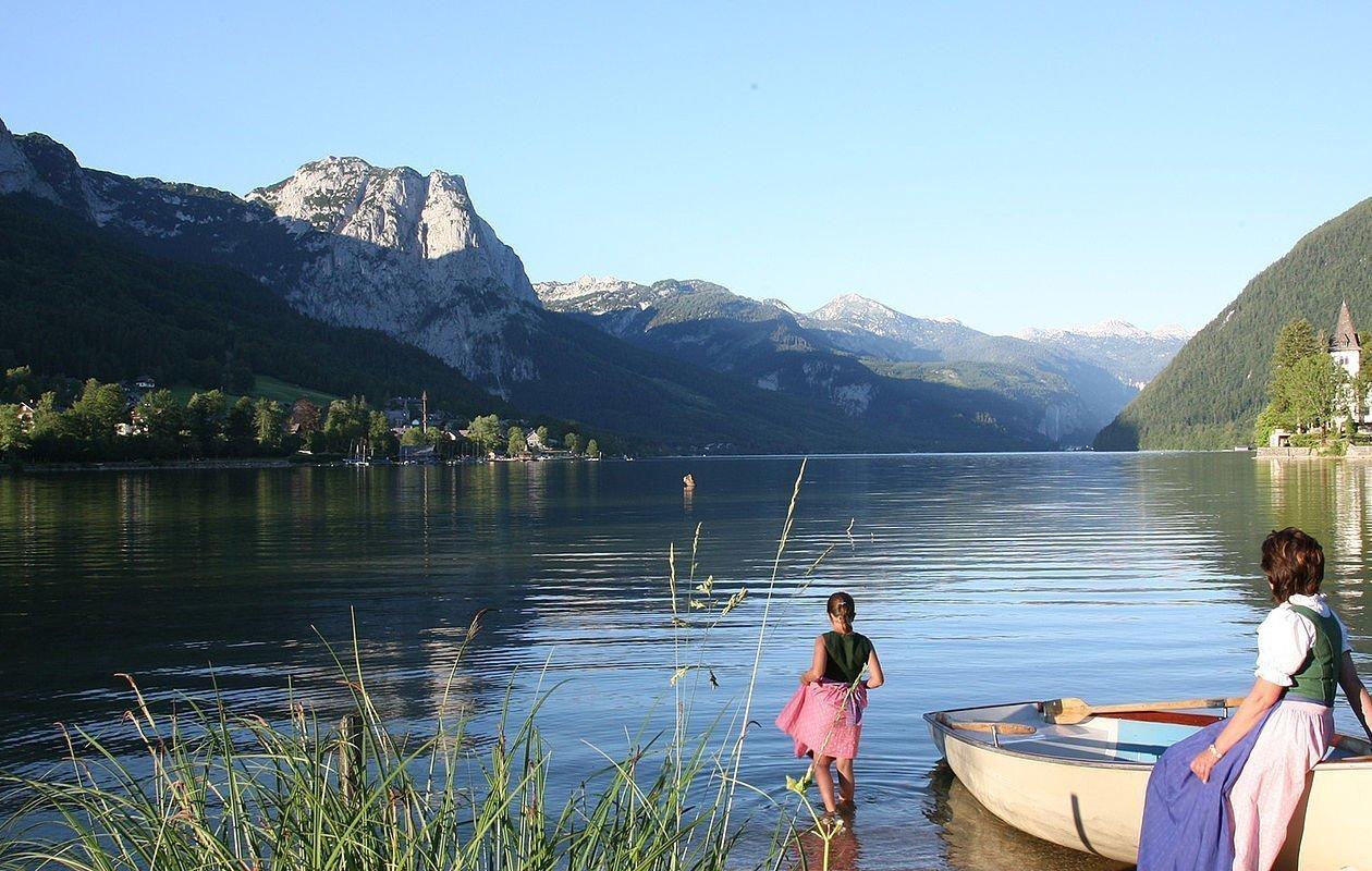 Glasklarer Altausseer See von Bergen umrahmt
