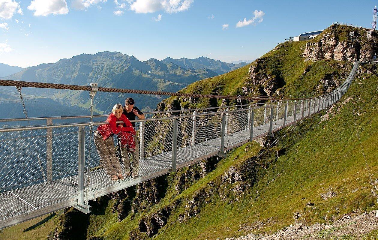 Wanderer auf der Hängebrücke in Bad Gastein