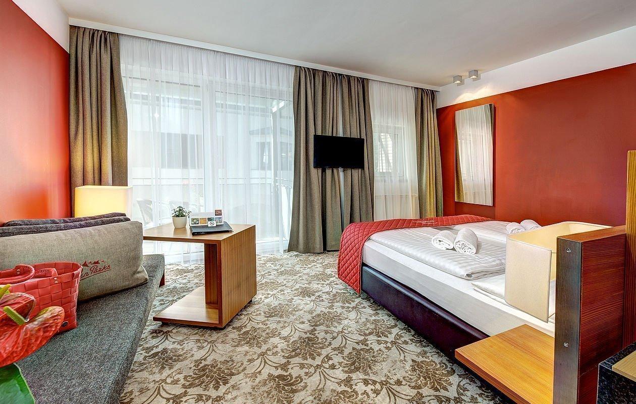 Zimmer mit Teppichboden und gemütlicher Sitzecke