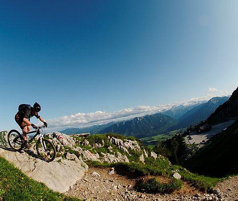 Downhill-biker genießt das umliegende Bergpanorama in der Nähe von Altaussee