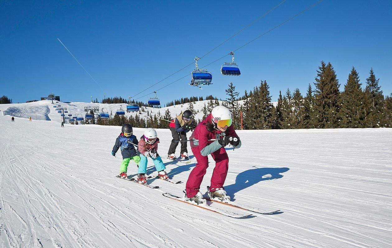 Skilehrer mit einer Kindergruppe im Skigebiet Saalbach-Hinterglemm