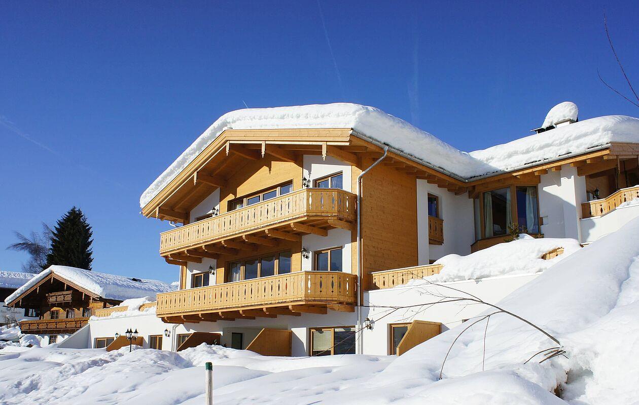 Die Residence Schmiedhöfl unter einer dicken Schneehaube