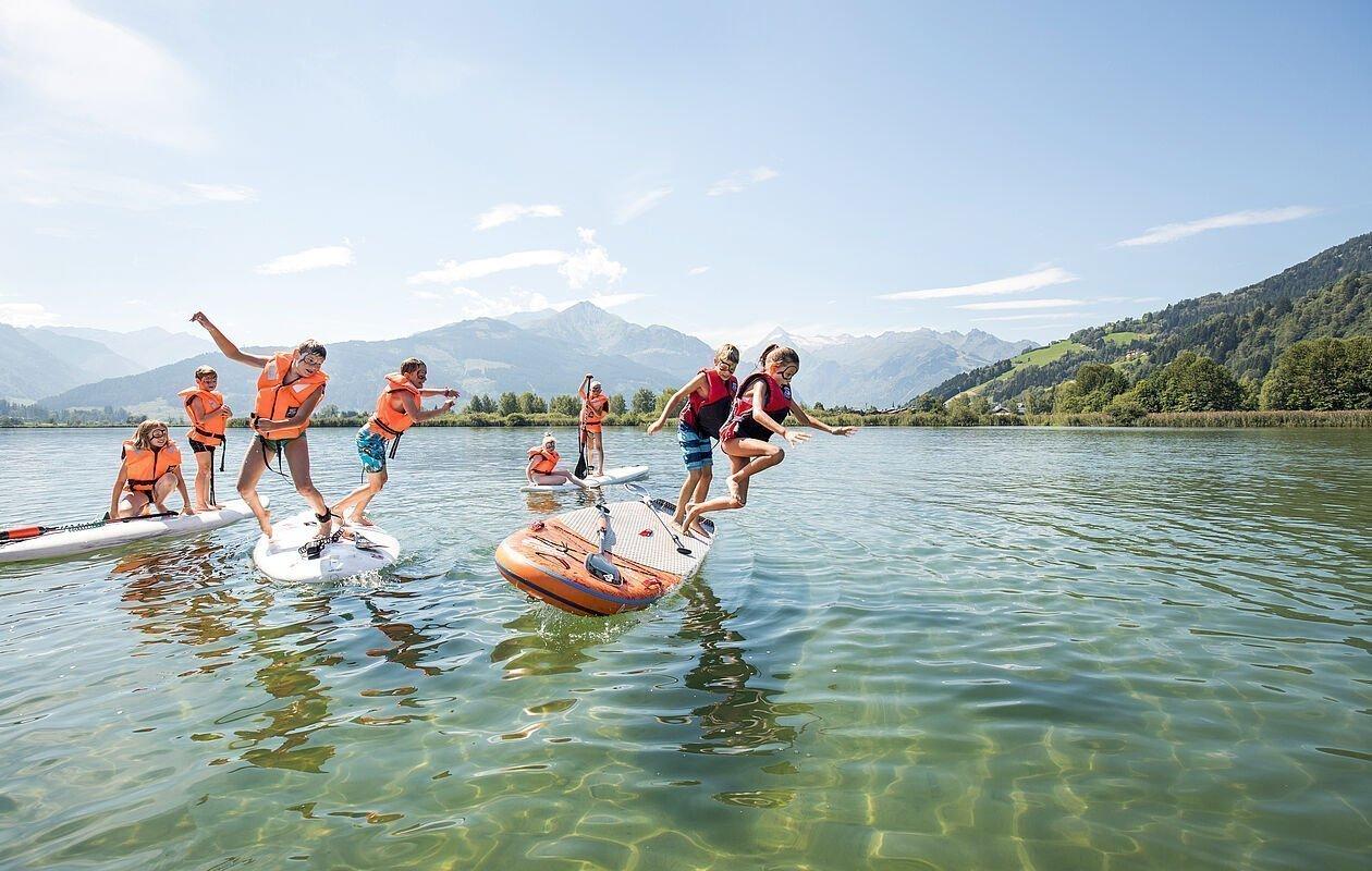 Kinder haben Spaß am Stand up Paddel in Zell am See