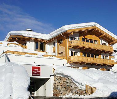Schneebedeckte Außenaufnahme der Residence in Maria Alm
